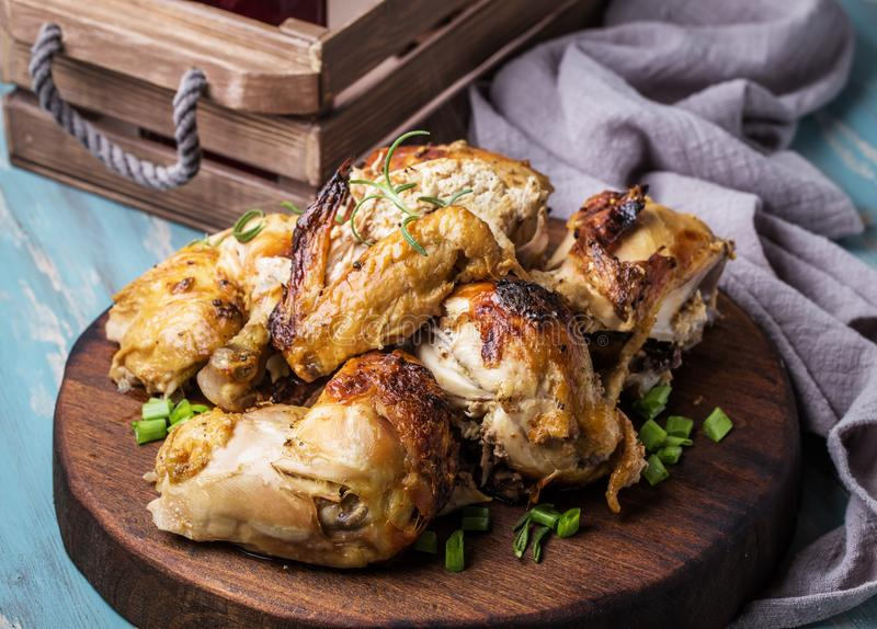 Τεμαχισμένο ψημένο κοτόπουλο στοκ εικόνες