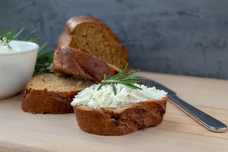 Τεμαχισμένο ψωμί με το ελαφρύ τυρί σε έναν ξύλινο πίνακα στοκ εικόνες με δικαίωμα ελεύθερης χρήσης