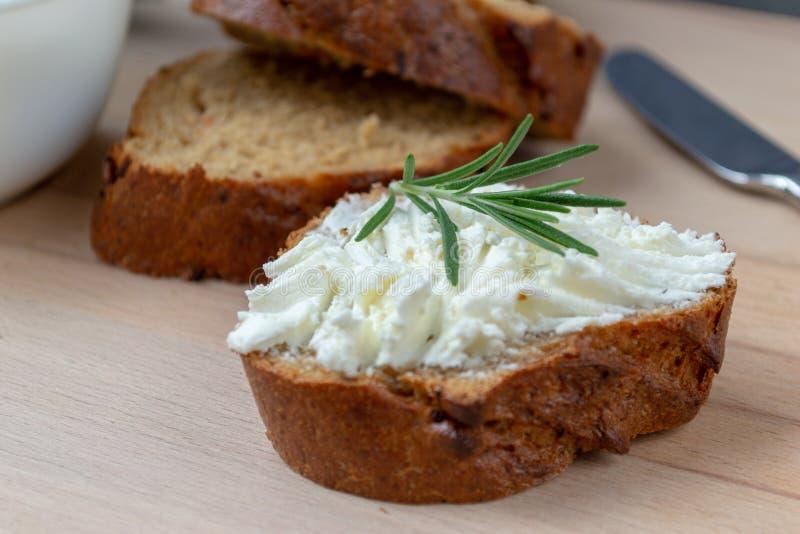 Τεμαχισμένο ψωμί με το ελαφρύ τυρί σε έναν ξύλινο πίνακα στοκ εικόνες