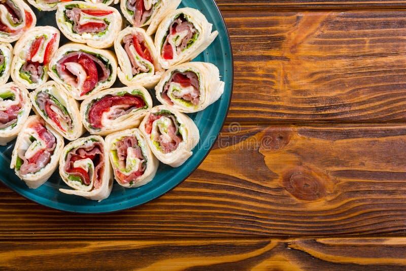 Τεμαχισμένο tortilla σάντουιτς με τα λαχανικά και το ζαμπόν στοκ εικόνες με δικαίωμα ελεύθερης χρήσης