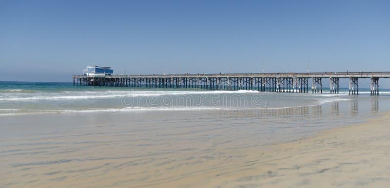 Τεμπέλικο σερφ έφαγε το Newport Beach με την προβλήτα στη γραμμή του ορίζοντα στοκ εικόνες με δικαίωμα ελεύθερης χρήσης