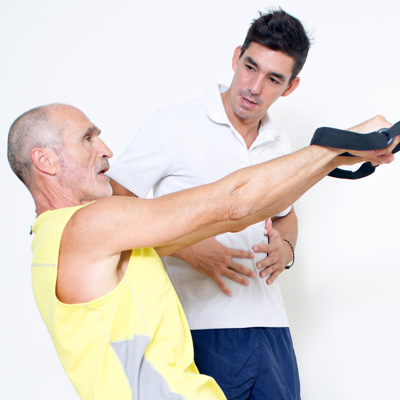 Τεντώνοντας άσκηση αναστολής σφεντονών στοκ φωτογραφία με δικαίωμα ελεύθερης χρήσης