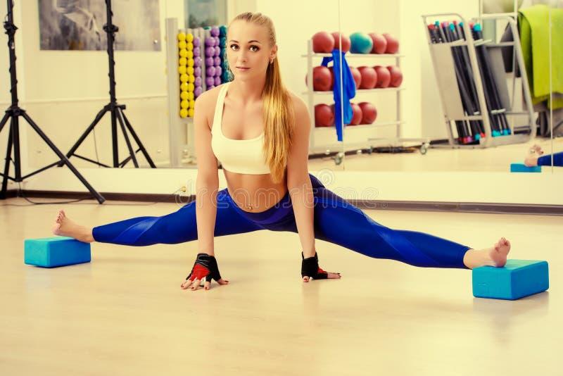 Τεντώνοντας άσκηση στοκ εικόνες