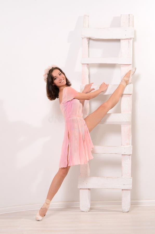 Τεντώνοντας ασκήσεις για το ελκυστικό ballerina στοκ εικόνες