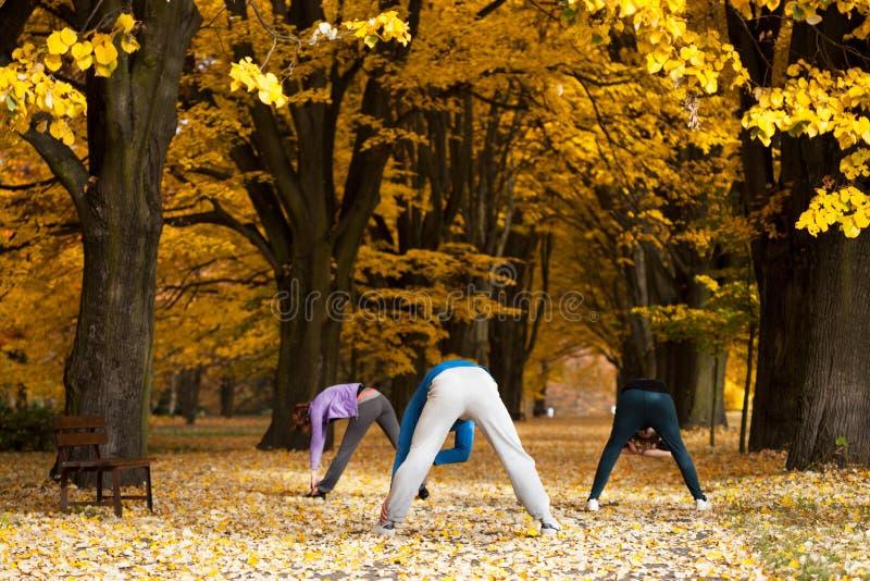 Τεντώνοντας ασκήσεις στο πάρκο στοκ φωτογραφίες