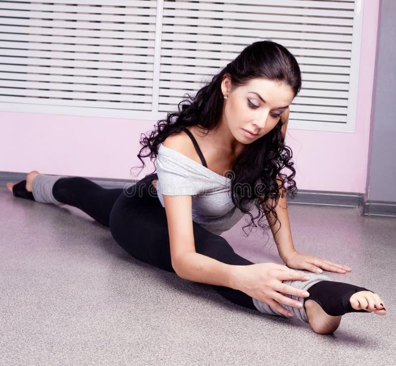 Download τεντώνοντας γυναίκα στοκ εικόνες. εικόνα από σπίτι, εύκαμπτος - 22784794
