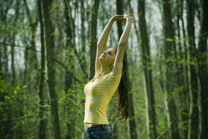 τεντώνοντας γυναίκα στοκ φωτογραφία με δικαίωμα ελεύθερης χρήσης