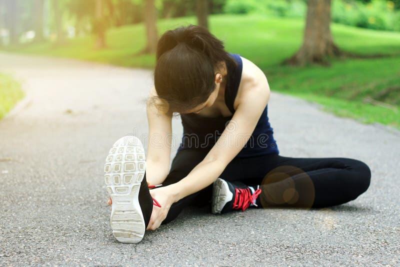 Τεντώνοντας προθέρμανση μυών πριν από την κατάρτιση workout στοκ φωτογραφία με δικαίωμα ελεύθερης χρήσης