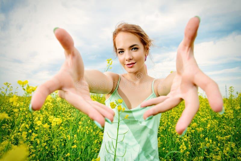 Τεντώνοντας χέρια στοκ φωτογραφία με δικαίωμα ελεύθερης χρήσης