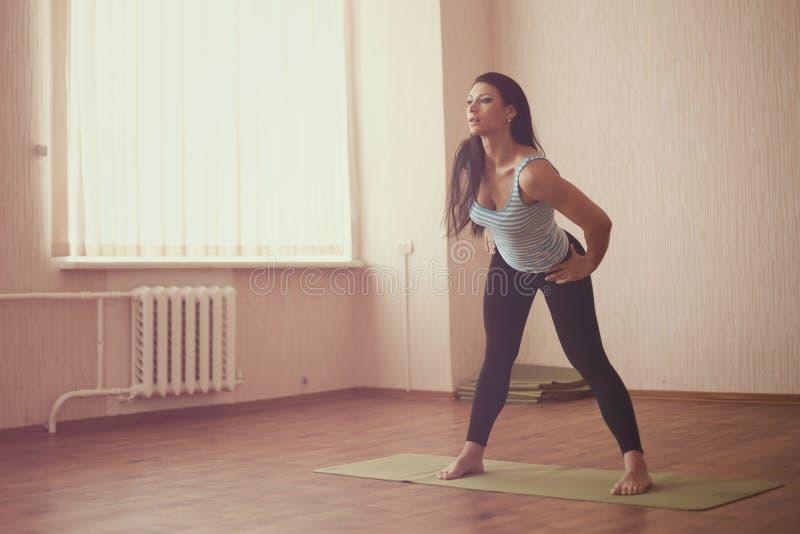 Τεντώνοντας gymnast στοκ φωτογραφίες με δικαίωμα ελεύθερης χρήσης