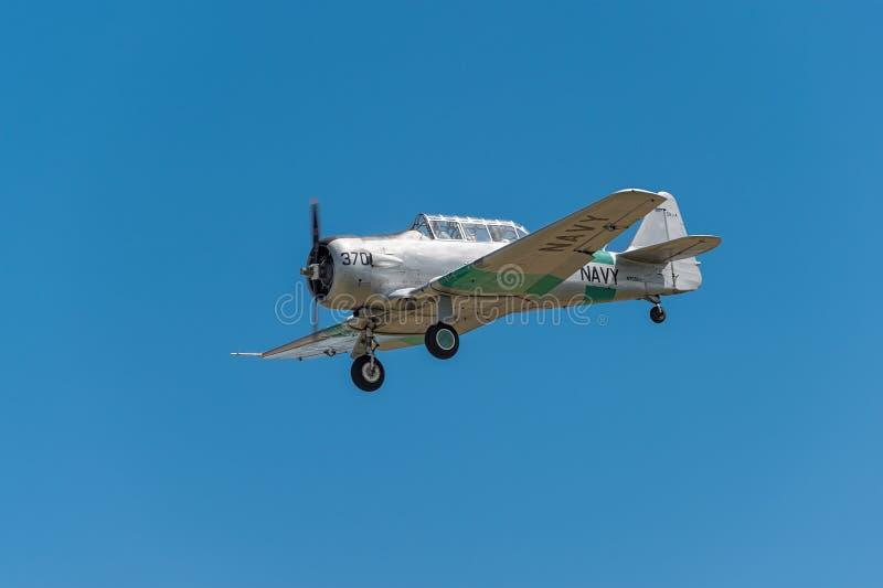 AT-6 τεξανό ενάντια στο μπλε ουρανό στοκ εικόνες