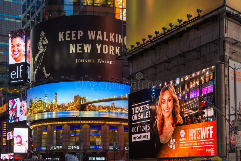 Τεράστια διαφήμιση στη Times Square τη νύχτα στοκ φωτογραφία με δικαίωμα ελεύθερης χρήσης