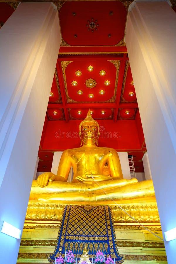 Τεράστια χρυσή εικόνα του Βούδα στο περίπτερο στοκ εικόνες