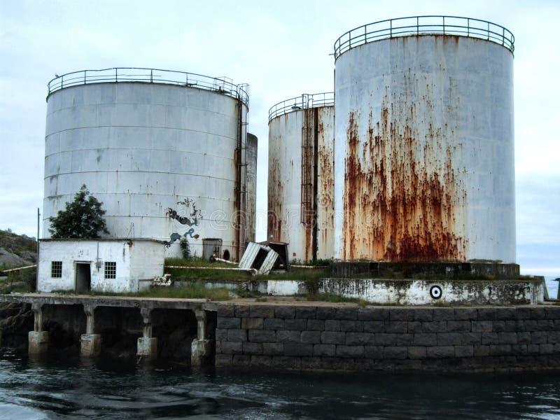 τεράστιες παλαιές σκουριασμένες δεξαμενές πετρελαίου στοκ φωτογραφία με δικαίωμα ελεύθερης χρήσης