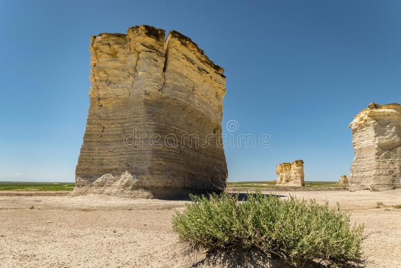 Τεράστιες πυραμίδες κιμωλίας των βράχων μνημείων στο δυτικό Κάνσας, Ηνωμένες Πολιτείες της Αμερικής στοκ φωτογραφία με δικαίωμα ελεύθερης χρήσης