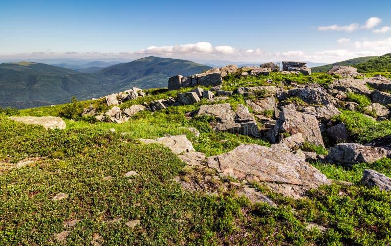 Τεράστιοι λίθοι στην άκρη της βουνοπλαγιάς στοκ εικόνα με δικαίωμα ελεύθερης χρήσης