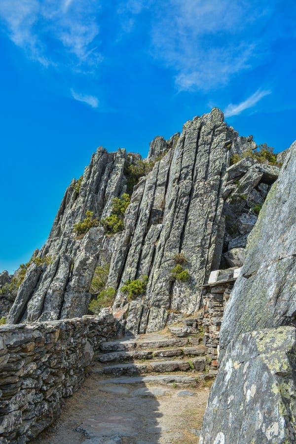 Τεράστιοι κάθετοι βράχοι και μπλε ουρανός γρανίτη στοκ εικόνα με δικαίωμα ελεύθερης χρήσης