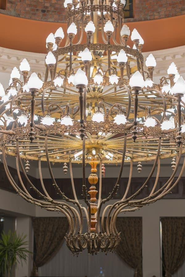 Τεράστιος πολυέλαιος στην αίθουσα Ο πολυέλαιος επάνω το ανώτατο όριο μιας αίθουσας χορού Κάθετη φωτογραφία στοκ φωτογραφίες με δικαίωμα ελεύθερης χρήσης
