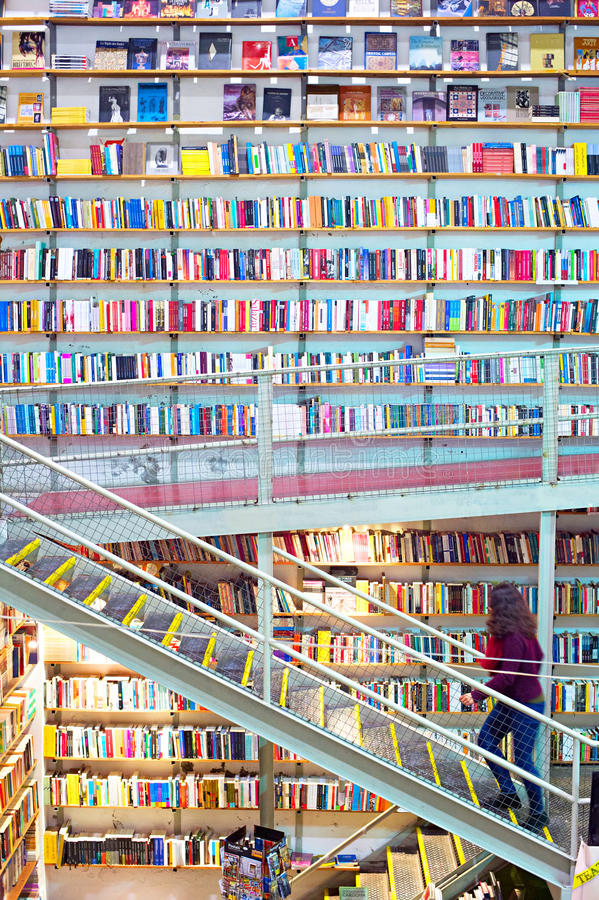 Τεράστιο βιβλιοπωλείο Λισσαβώνα Πορτογαλία στοκ εικόνες
