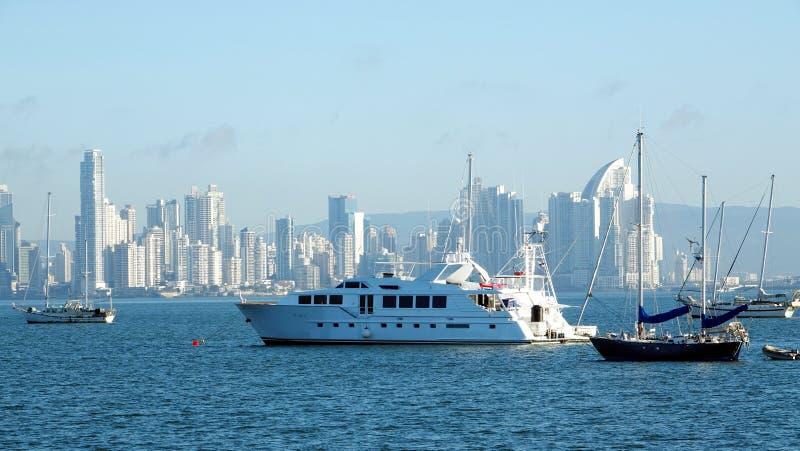 Τεράστιο γιοτ και διάφορες βάρκες που δένονται στον κόλπο του Παναμά στοκ εικόνες με δικαίωμα ελεύθερης χρήσης