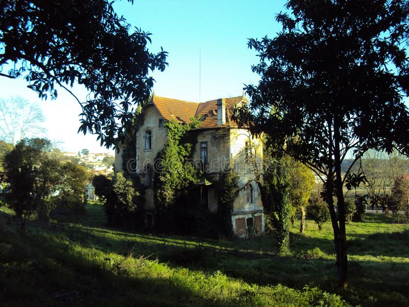 Τεράστιο εγκαταλειμμένο σπίτι στοκ φωτογραφία