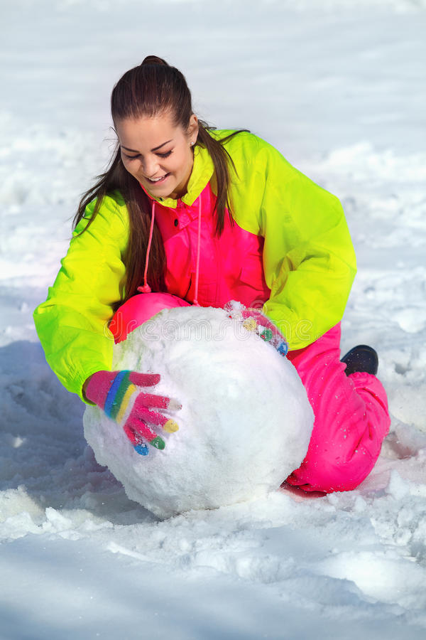 τεράστιο κύλισμα κοριτσιών snowbal στοκ εικόνα με δικαίωμα ελεύθερης χρήσης