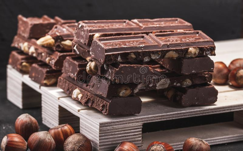 Τεράστιο ποσό της σοκολάτας με ολόκληρα τα φουντούκια στοκ εικόνα με δικαίωμα ελεύθερης χρήσης