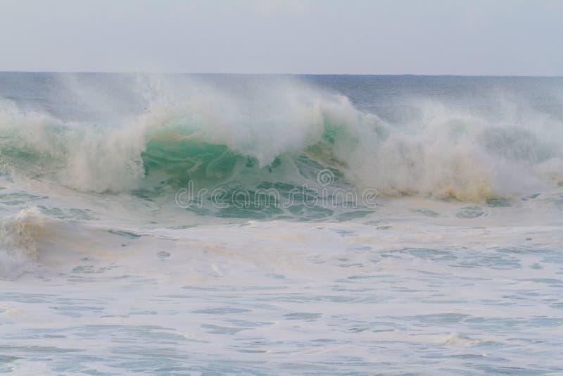 Τεράστιο σπάσιμο κυμάτων κατά τη διάρκεια της θύελλας στοκ εικόνες με δικαίωμα ελεύθερης χρήσης