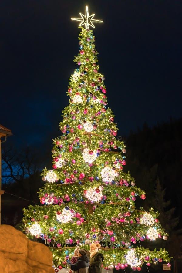 Τεράστιο χριστουγεννιάτικο δέντρο στην Πολωνία στοκ φωτογραφίες