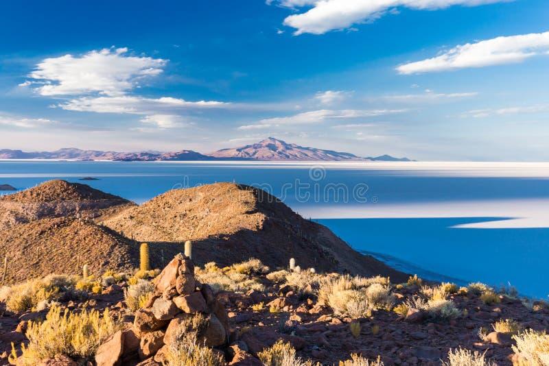 Τεράστιο Salar de Uyuni κάκτων φυσικό τοπίο βουνών νησιών στοκ φωτογραφία με δικαίωμα ελεύθερης χρήσης