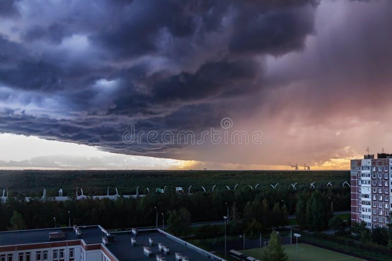 Τεράστιο thundercloud στα περίχωρα της πόλης πριν από τη βροχή - εικόνα στοκ φωτογραφίες