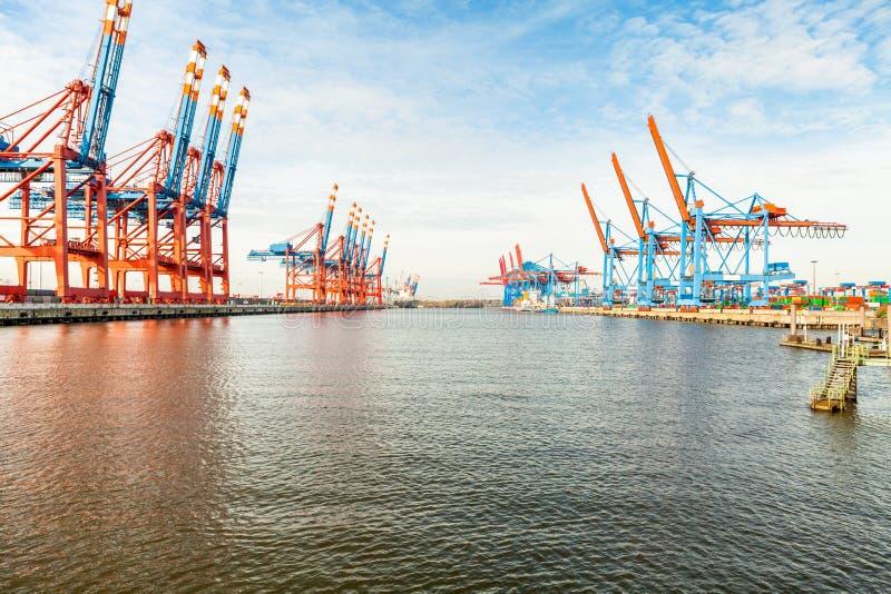 Τερματικό λιμένων για τη φόρτωση και το ξεφόρτωμα των σκαφών στοκ εικόνες με δικαίωμα ελεύθερης χρήσης