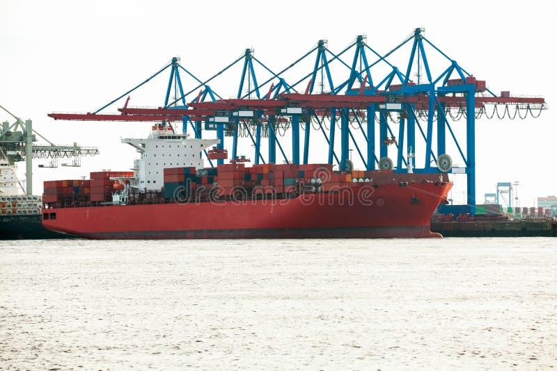 Τερματικό λιμένων για τη φόρτωση και το ξεφόρτωμα των σκαφών στοκ φωτογραφία με δικαίωμα ελεύθερης χρήσης