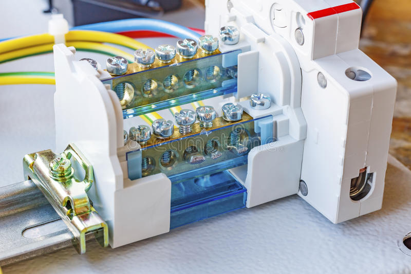 Τερματικό καλωδίων με τον αυτόματο διακόπτη που εγκαθίσταται σε μια DIN-ράγα στοκ φωτογραφία με δικαίωμα ελεύθερης χρήσης