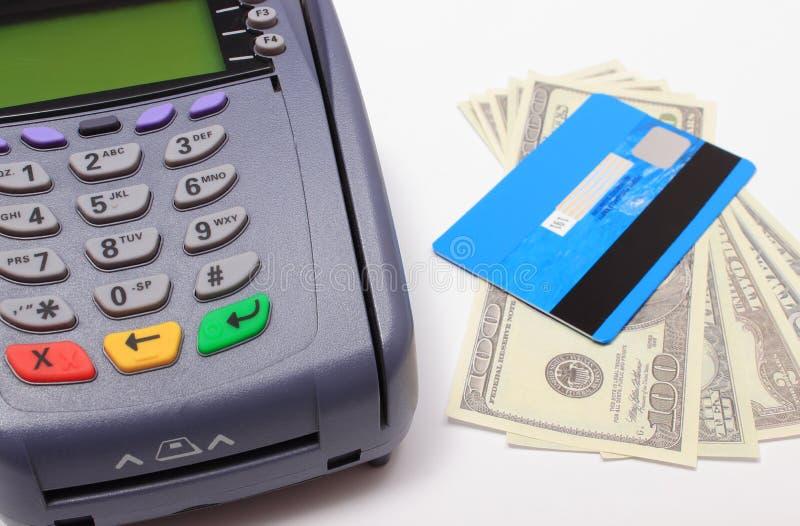 Τερματικό πληρωμής με την πιστωτική κάρτα και χρήματα στο άσπρο υπόβαθρο στοκ εικόνα με δικαίωμα ελεύθερης χρήσης