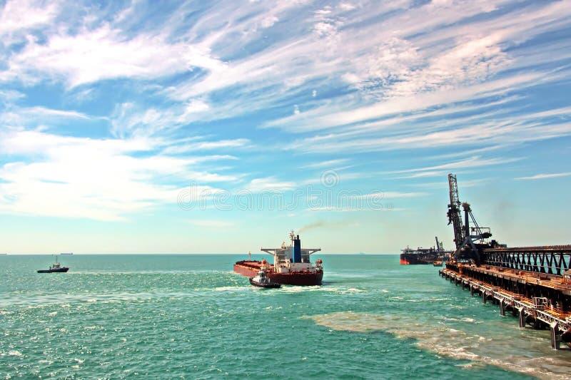 Τερματικό φόρτωσης των προϊόντων άνθρακα για τα φορτηγά πλοία, τα bulkers και την άποψη του φορτωτή γερανών φορτίου Αυστραλία; 20 στοκ φωτογραφία με δικαίωμα ελεύθερης χρήσης