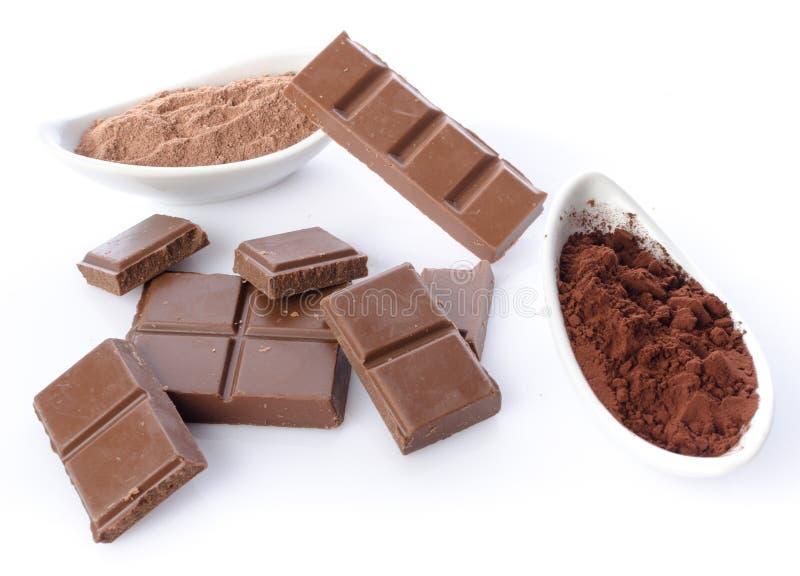 Τετράγωνα σοκολάτας και σκόνη κακάου στοκ εικόνα με δικαίωμα ελεύθερης χρήσης