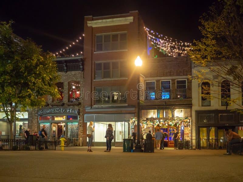 Τετράγωνο αγοράς, Knoxville, Τένεσι, Ηνωμένες Πολιτείες της Αμερικής: [Ζωή νύχτας στο κέντρο Knoxville] στοκ εικόνα