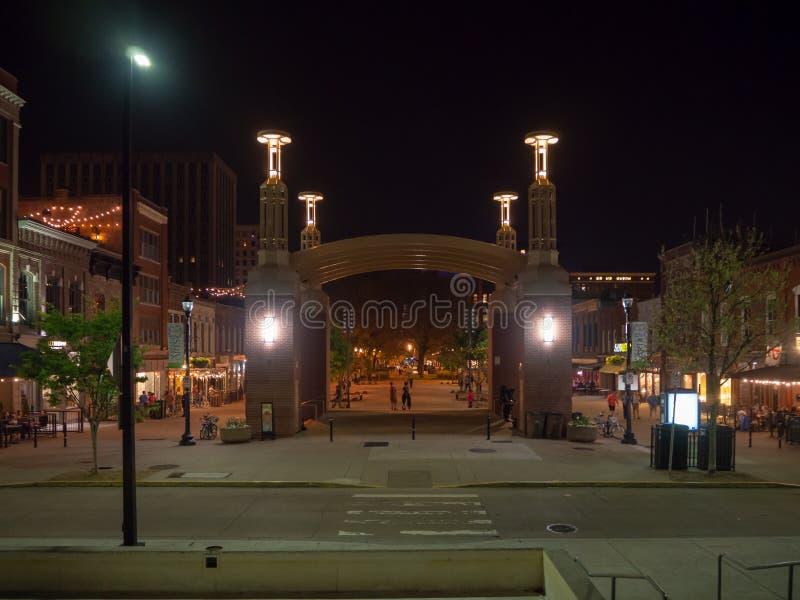 Τετράγωνο αγοράς, Knoxville, Τένεσι, Ηνωμένες Πολιτείες της Αμερικής: [Ζωή νύχτας στο κέντρο Knoxville] στοκ εικόνες με δικαίωμα ελεύθερης χρήσης
