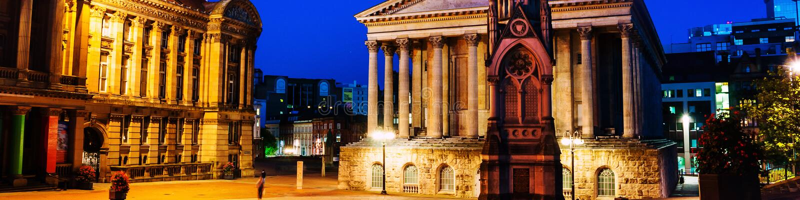 Τετράγωνο αρχιθαλαμηπόλων τη νύχτα με το φωτισμένο μνημείο Δημαρχείων και αρχιθαλαμηπόλων στο Μπέρμιγχαμ, UK στοκ φωτογραφίες με δικαίωμα ελεύθερης χρήσης