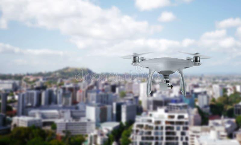 Τετράγωνο κηφήνων copter με τη κάμερα που πετά πέρα από το κέντρο πόλεων στοκ εικόνες