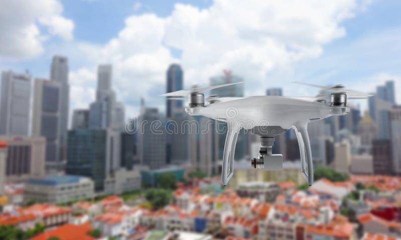 Τετράγωνο κηφήνων copter με τη κάμερα που πετά πέρα από το κέντρο πόλεων στοκ φωτογραφία