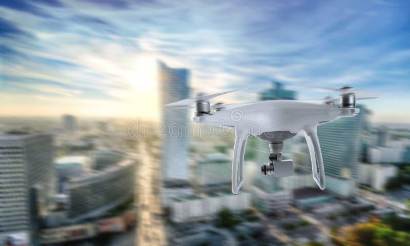 Τετράγωνο κηφήνων copter με τη κάμερα που πετά πέρα από το κέντρο πόλεων στοκ εικόνες με δικαίωμα ελεύθερης χρήσης