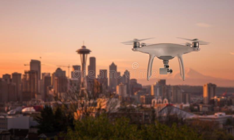 Τετράγωνο κηφήνων copter με τη κάμερα που πετά προς το κέντρο πόλεων στοκ εικόνες με δικαίωμα ελεύθερης χρήσης