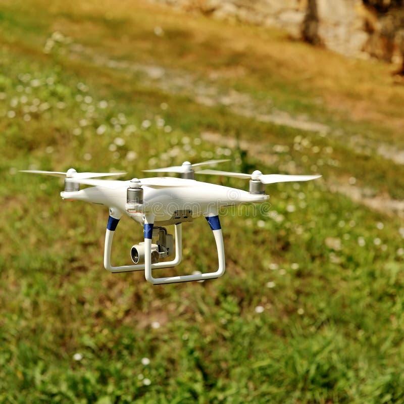 Τετράγωνο κηφήνων copter με τη ψηφιακή κάμερα στοκ φωτογραφία