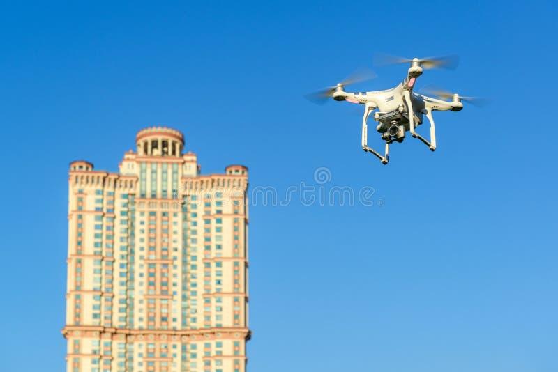 Τετράγωνο κηφήνων copter ο μπλε ουρανός στοκ φωτογραφίες με δικαίωμα ελεύθερης χρήσης