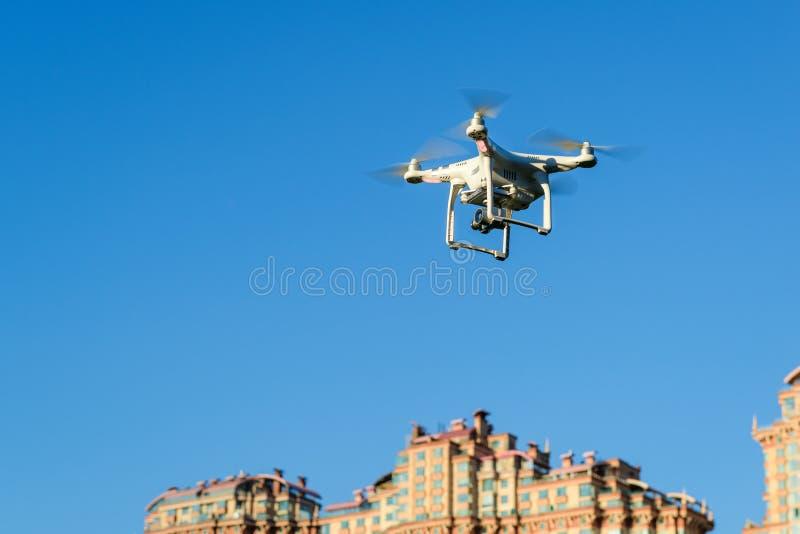 Τετράγωνο κηφήνων copter πέρα από την πόλη στοκ φωτογραφία με δικαίωμα ελεύθερης χρήσης