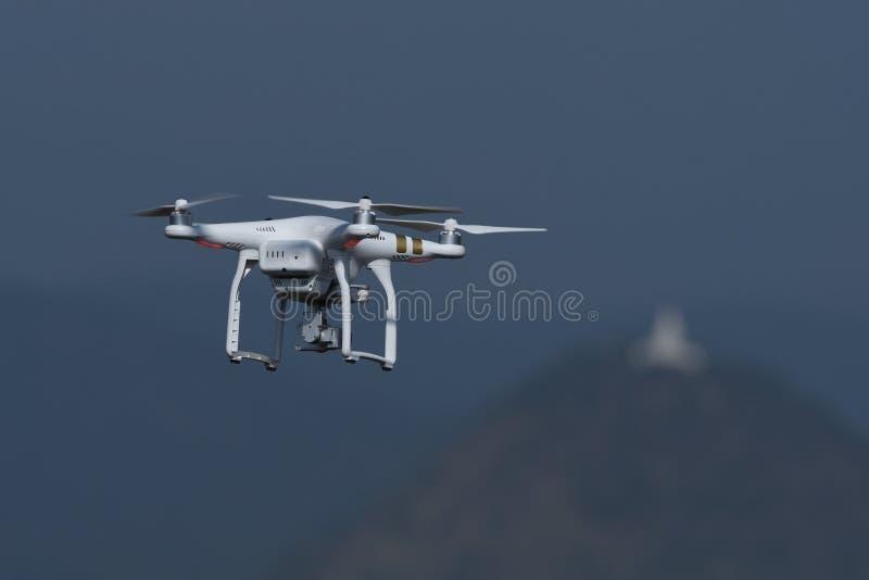 Τετράγωνο κηφήνων copter που πετά και που αιωρείται στο υπόβαθρο τοπίων στοκ φωτογραφία με δικαίωμα ελεύθερης χρήσης