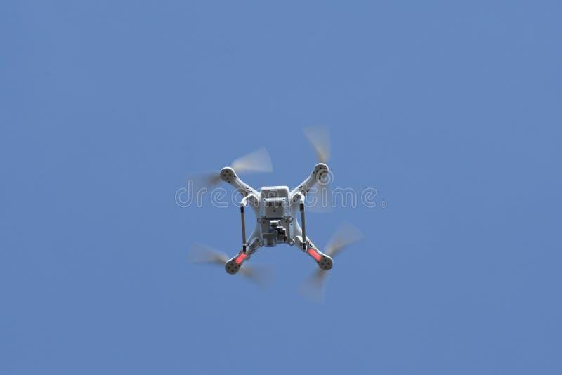 Τετράγωνο κηφήνων copter στο υπόβαθρο μπλε ουρανού στοκ εικόνα με δικαίωμα ελεύθερης χρήσης