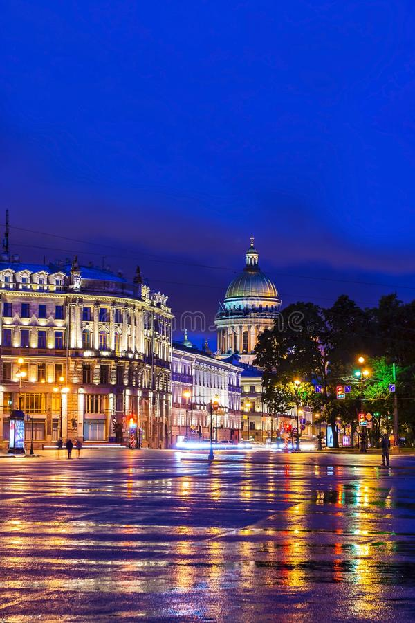 Τετράγωνο παλατιών στη Αγία Πετρούπολη (άποψη του καθεδρικού ναού του ST Isaac) στοκ φωτογραφία